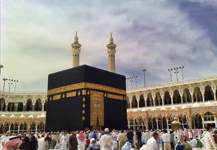 Кааба (Масджид аль-Харам) - это здание в форме куба, расположенное в Мекке