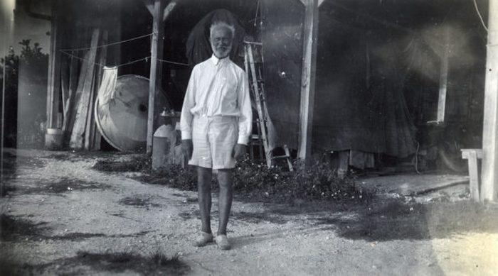 Карл Танцлер фон Козель в своем доме.