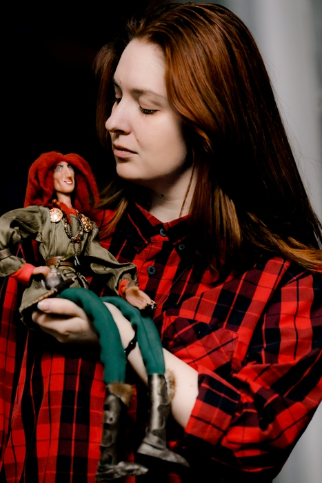 Катерина Пустовалова и её одна из её кукол.