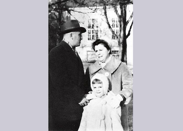 Люба Казарновская с родителями.
