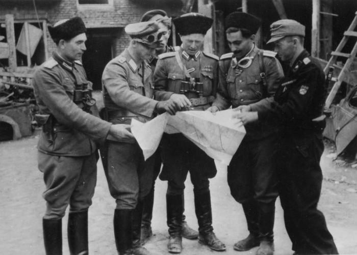Офицеры русских коллаборационистских военных формирований с картой.