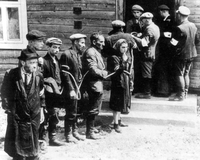 Связанные евреи, охраняемые литовской вспомогательной охраной.
