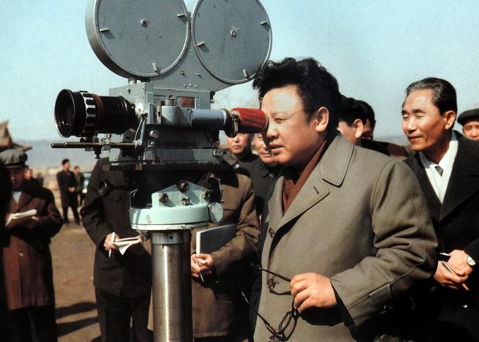 Ким Чен Ир дает советы во время съемок документального фильма «Об идеях чучхе». 1979 год.