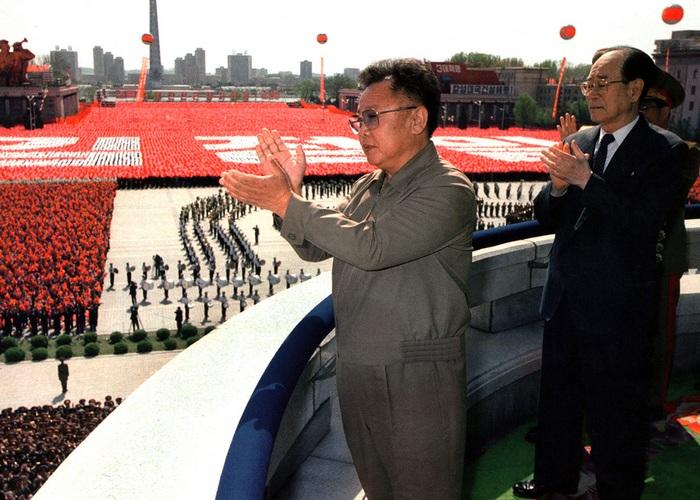 Ким Чен Ир приветствует народ на военном параде. 2002 год.