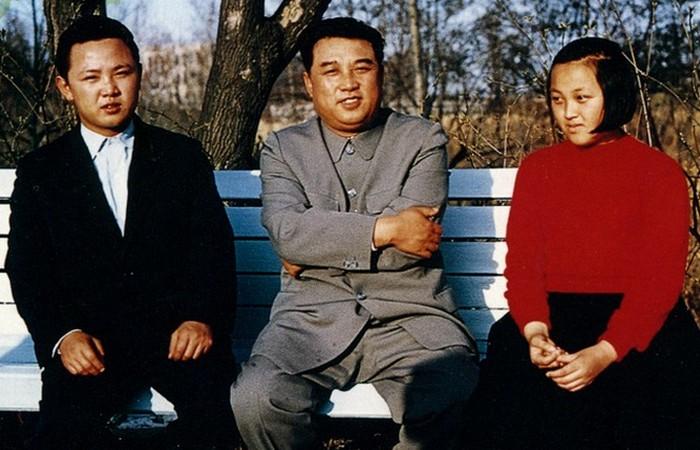 Ким Ир Сен с Ким Чен Иром(слева) и его сестрой Ким Кенг Хуи. 1963 год.