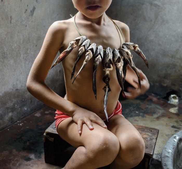 Каролин Клюппель решила увековечить традиции кхаси и создала целую фотогалерею Королевство Девочек, которая отображает повседневное окружение и культуру женщин Маулиннонга. На фото можно увидеть девочку, которая использует устройство для сушки рыбы в качестве ожерелья.