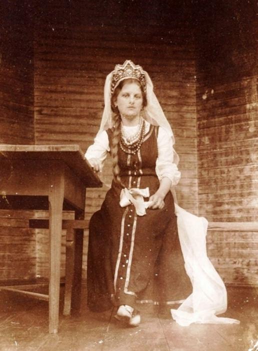 Девушка в свадебном кокошнике.