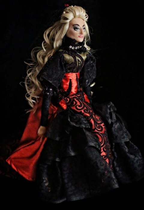 Дама в красно-чёрном наряде. Мастер Екатерина Пустовалова.