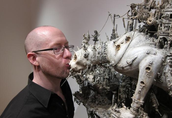 Крис Кукси с одной из своих работ.