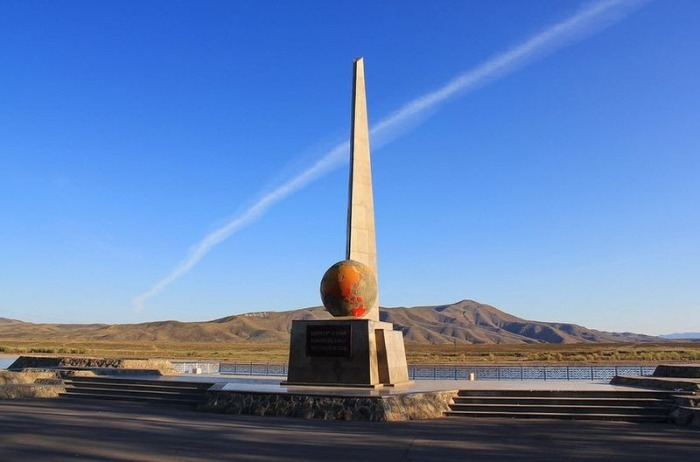 Предыдущая версия монумента в Кызыле.