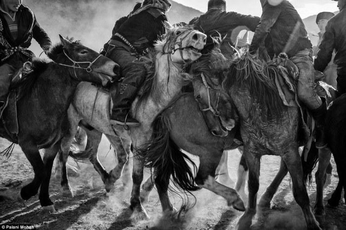 Люди, кони, орлы.