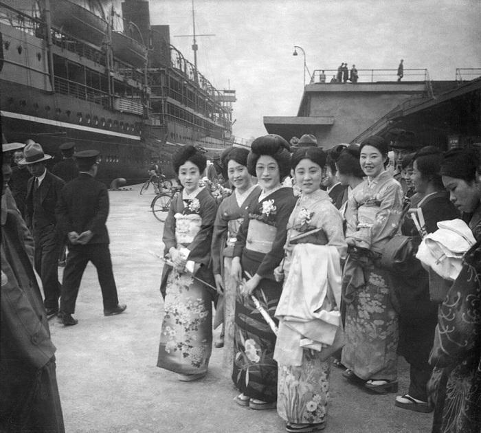 Степенные японские дамы в гавани Шанхая.