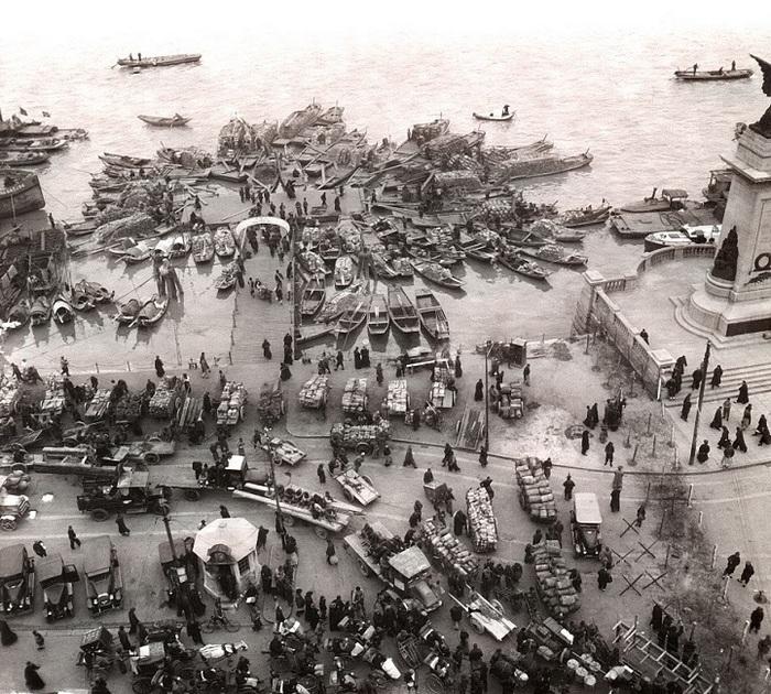 Толпы грузчиков и лодки рыбаков в гавани Шанхая.