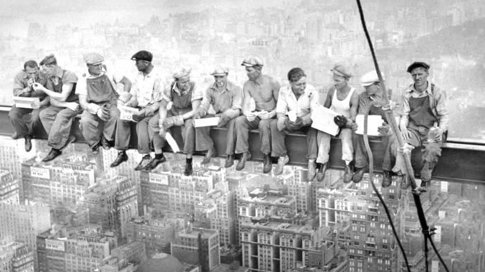 """Картинки по запросу """"строители небоскреба обедают"""""""""""