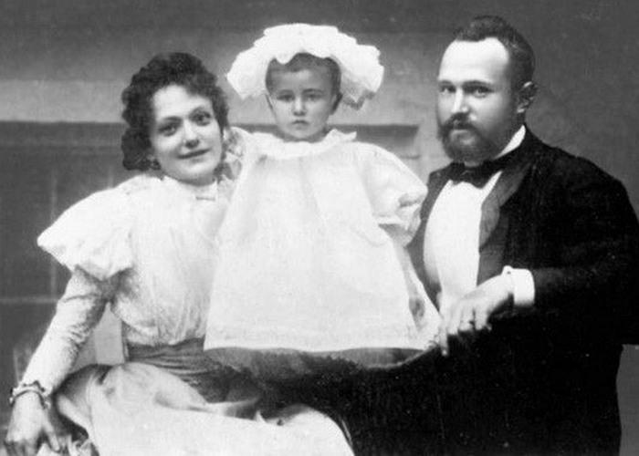 Лара с матерью Екатериной Александровной и отцом Михаилом Андреевичем./ Фото: litobozrenie.com