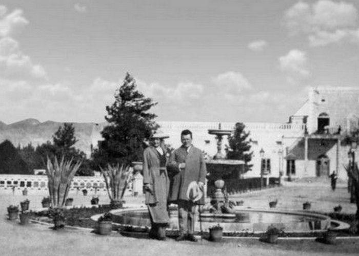 Лариса Рейснер и Федор Раскольников на территории российского посольства в Афганистане./ Фото: litobozrenie.com