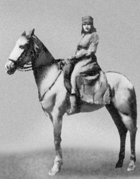 Лариса Рейснер на любимом коне Кречете./ Фото: e-libra.ru