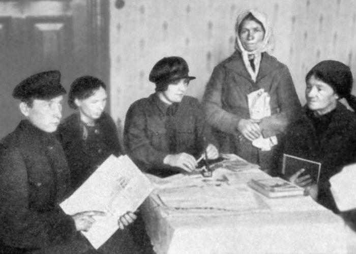 Рейснер (в центре) в Минске во время процесса селькора Лапицкого./ Фото: libmir.com