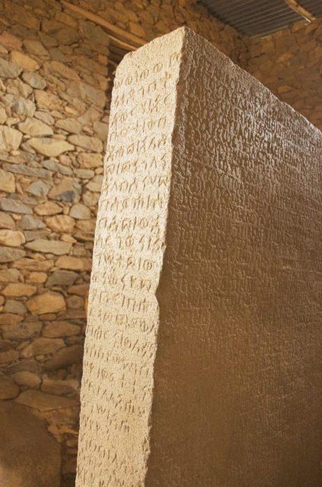 Один из немногих сохранившихся до наших дней доисламских артефактов Африки.