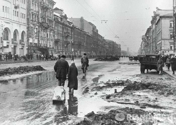Люди на Невском проспекте в дни блокады
