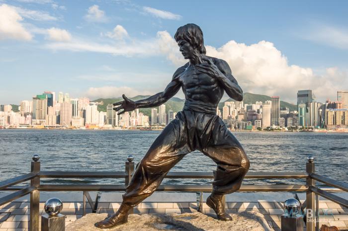 Гонконг. Аллея Звезд. Статуя Брюса Ли в натуральную величину.
