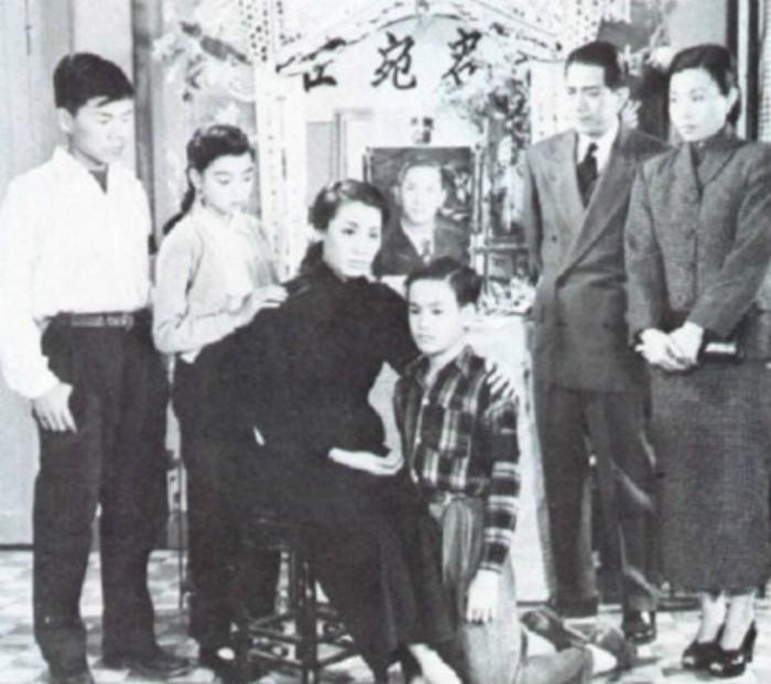 Брюс Ли в окружении семьи.