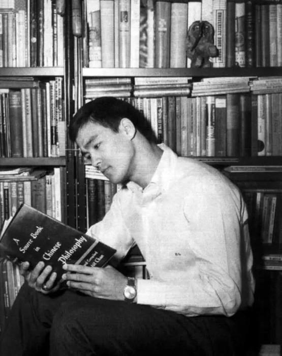 Брюс Ли в домашней библиотеке.