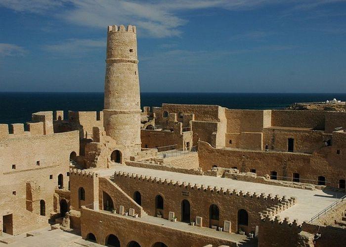 Старинные здания в тунисском городе Монастир.