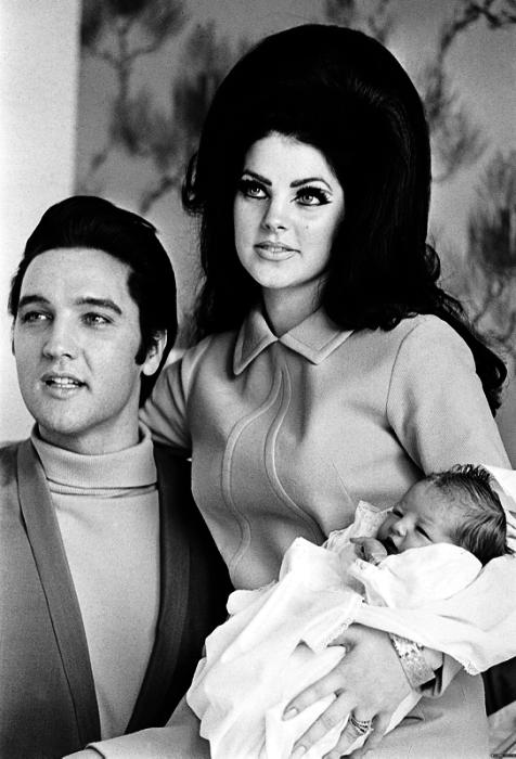Новорожденная дочь короля рок-н-ролла с родителями.