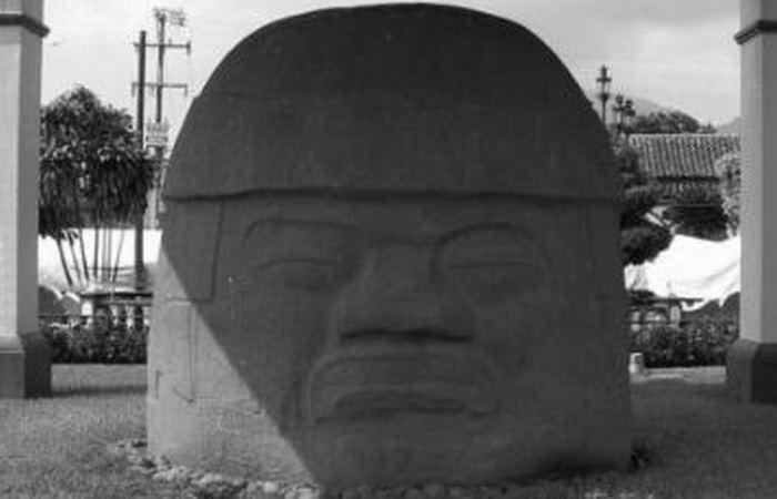 Голова из Ранчо-ла-Кобата на главной площади Сантьяго-Тустла.