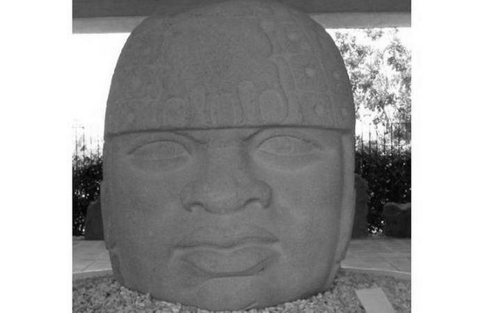 Каменная голова в музее Museo Comunitario de San Lorenzo Tenochtitlan.