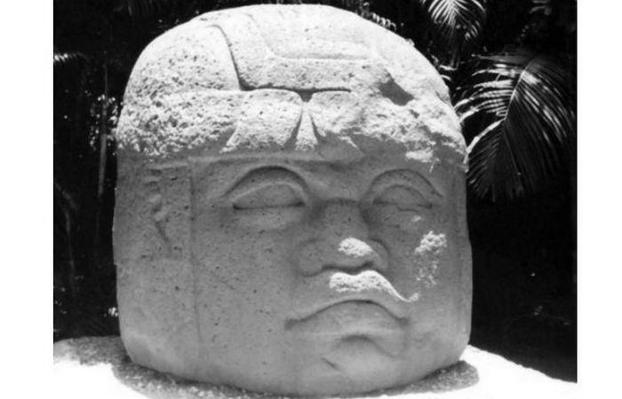 Ольмекская каменная голова № 10 из Ла-Венты. Установлена в Вильяэрмосе.