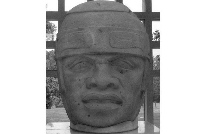 Голова №8 из Сан-Лоренцо. Она установлена в музее антропологии в Халапе.