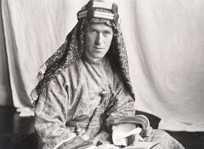 Лоуренс Аравийский -  английский разведчик, который поднял арабов против турок.