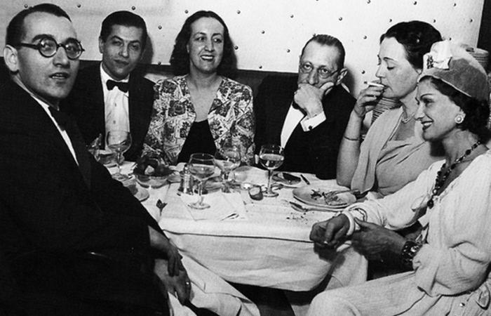 Игорь Стравинский (третий справа) и Коко Шанель (крайняя справа). / Фото: diletant.media