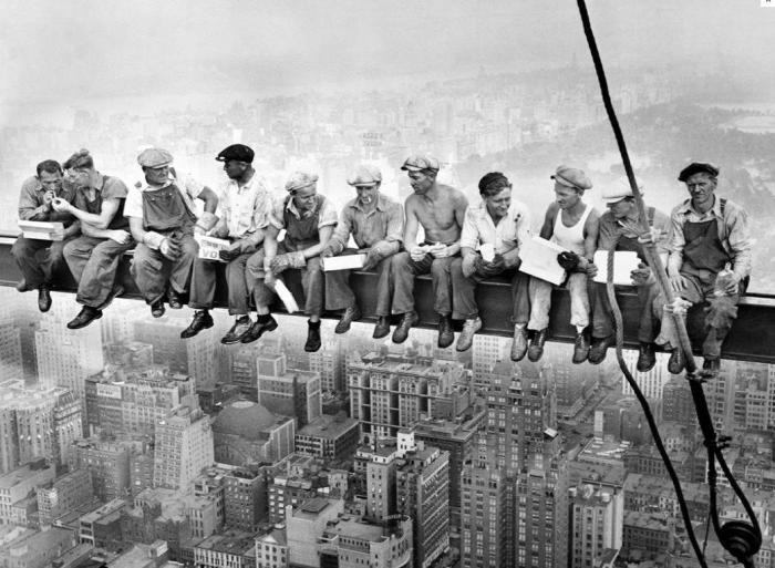 «Обед на вершине небоскреба»