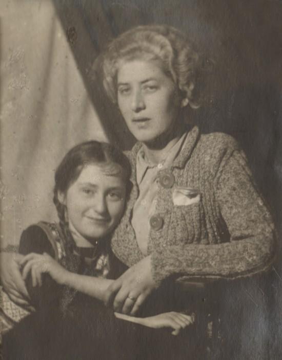 Лидия Чуковская с дочерью Еленой. / Фото: thelib.ru