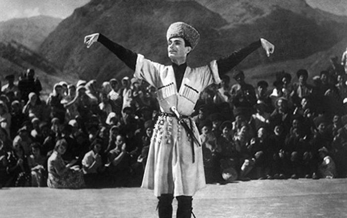 Махмуд Эсамбаев.