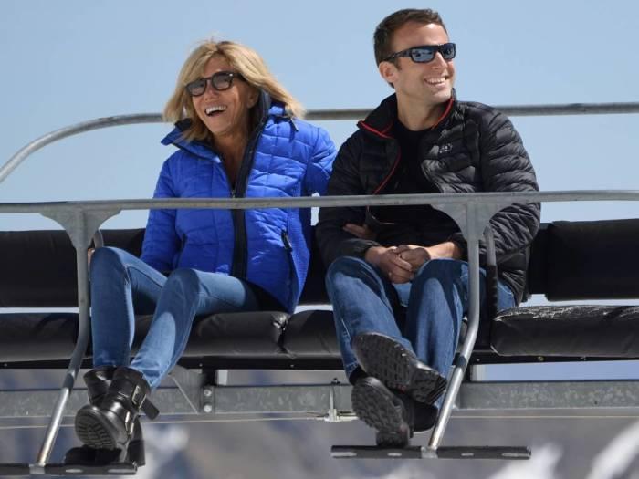 Эммануель Макрон и его жена на отдыхе. / Фото: Eric Feferberg/Pool via AP