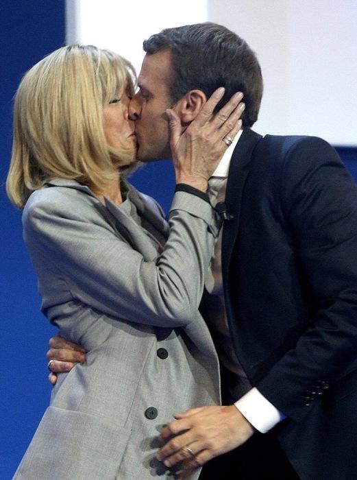 Кандидат в президенты Франции Эммануэль Макрон целует жену, Брижит Макрон. / Фото: Thibault Camus, AР