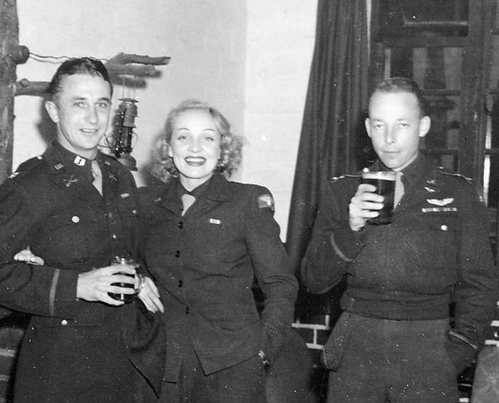 Марлен Дитрих с офицерами Третьего рейха.