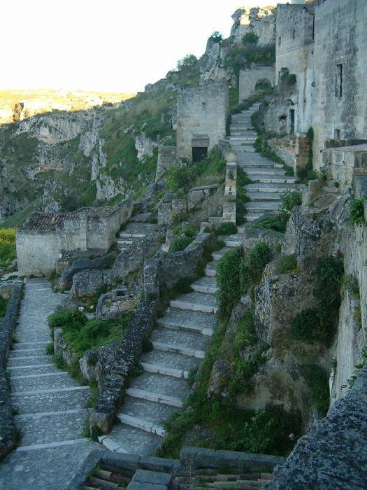 По всей Матере много лестниц.