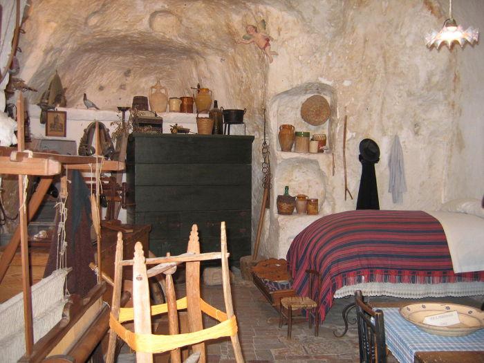 Интерьер одного из жилищ Сасси.