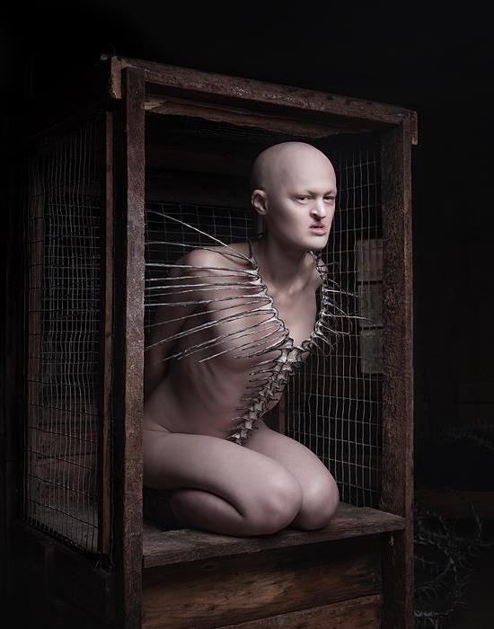 Мелани Гайдос: красота, заключённая в клетку.