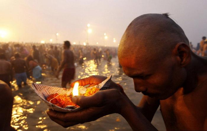 Индусы молятся богу солнца на новолуние в Мауни Амавасия.