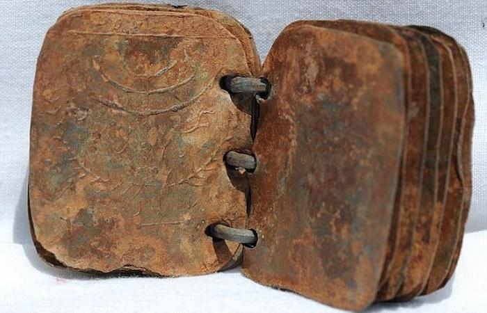 Одна из 70 загадочных свинцовых книг.