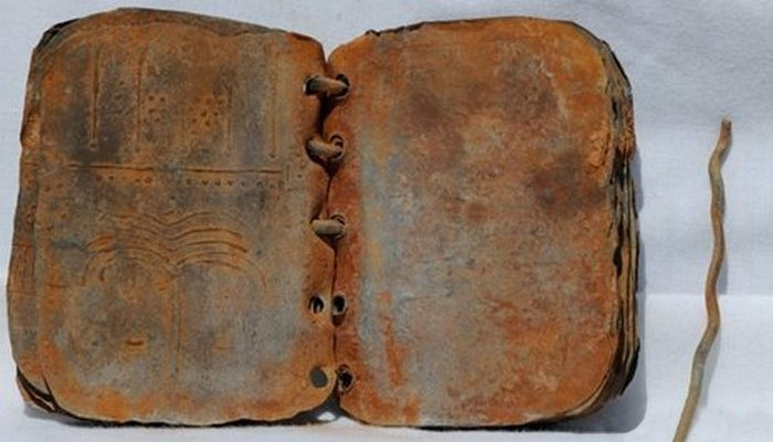 Свинцовые книги упомянуты в Книге Откровений в Библии.