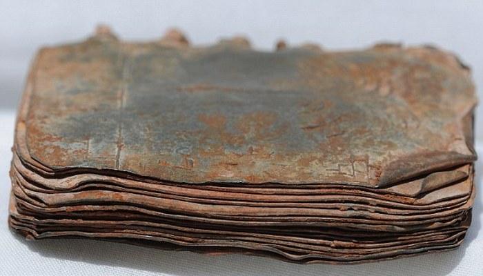 Книги написаны на древнееврейском, арамейском языках и зашифрованы.