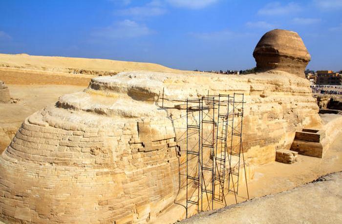 Скульптура в течение длительного времени была погребена под песком.