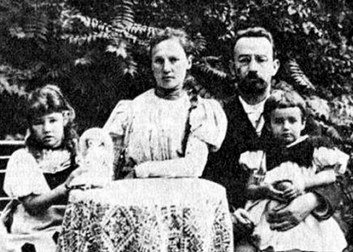 Елена Сергеевна Булгакова (справа) с родителями и сестрой Ольгой. / Фото: e-reading.by